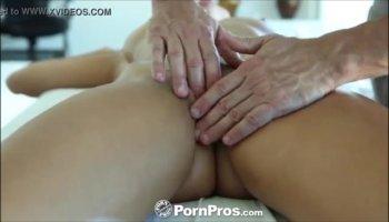 Девка принимает в вагине мощный хуец
