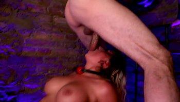 Качок получил секс на кровати с подружкой