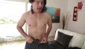 Спортивный мужчина долбит телку и стреляет в нее спермой