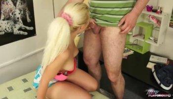 Девушки ласкают промежности в гостиной