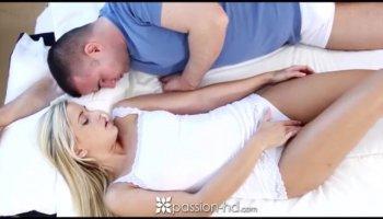 Женщина у мужика сидит попой на лице